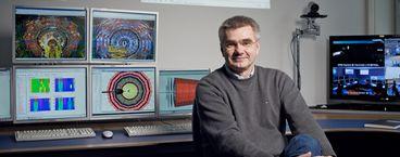 Prof. Dr. Joachim Mnich, Direktor für den Bereich Hochenergiephysik und Astroteilchenphysik, im DESY-Kontrollraum für das CMS-Nachweisgerät am Large-Hadron-Collider (LHC) am CERN.Prof. Dr. Joachim Mnich, Director in charge of High-Energy Physics and Astroparticle Physics, in the DESY control room for the CMS experiment at the Large-Hadron-Collider (LHC) at CERN.