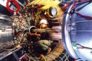DESY Inneres eines Detektors für die Teilchenphysik - an dem gerade Wartungsabeiten durchgeführt werden.