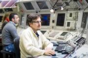 Jens Stadlmann mit seinen Kollegen im Hauptkontrollraum. Von hier aus werden die Teilchenbeschleuniger gesteuert.