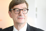 Portraits des Präsidenten der HELMHOLTZ GEMEINSCHAFTProf. Dr. Dr. h. c. mult. Otmar D. Wiestlerfür die HELMHOLTZ GEMEINSCHAFT für PR-ZWECKEam 26.08.2015in BerlinHELMHOLTZ GEMEINSCHAFT – BerlinAnna-Louisa-Karsch-Straße 210178 BerlinTel: +49 30 206 329-57Fax: +49 30 206 329-60www.helmholtz.debeauftragt durch Franziska Roeder (Kommunikation & Medien)Ramona Alborn (Kommunikation & Medien) war bei der Fotoproduktion mit vor Ort.Kontakte:franziska.roeder@helmholtz.deramona.alborn@helmholtz.dedigital fotografiert, 62 x 42cm, 300dpinicht retuschiertNot Ready To PrintAPPROVAL - gemaess Vereinbarung mit der HELMHOLTZ GEMEINSCHAFT, PR-Zwecke© Steffen Jänicke 2015