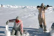 Mit der Zeit adaptieren sich die Forscher auch farblich an ihre Umgebung Probennahme auf der Scholle. Foto Alfred- Wegener-Institut (Arktis oder Antarktis??)