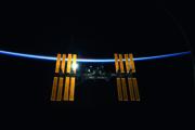 Labor mit Aussicht Die Internationale Raumstation ISS schwebt vor der dünnen Erdatmosphäre, aufgenommen vom Space Shuttle Discovery im März 2009.
