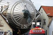 Ungewöhnlicher Umzug Das Hauptspektrometer von KATRIN mit einer Länge von 24 Metern und einem Durchmesser von 10 Metern auf dem Weg zum Campus Nord des KIT.