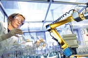 Genau hingeschaut. In einem Labor der Firma Bayer analysiert eine Wissenschaftlerin die Zusammensetzung eines Medikaments.